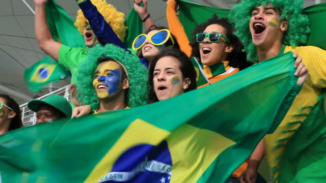 stockvideo's en b-roll-footage met brazilian fans supporting their team - brazilië