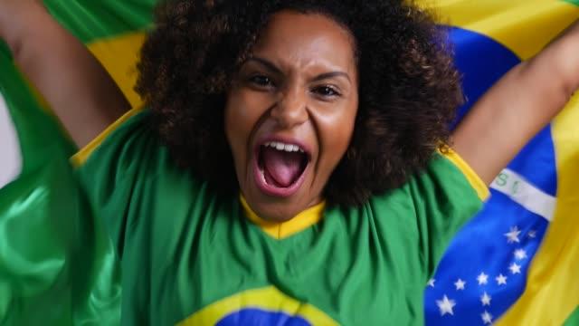 国旗で祝うブラジルの女性ファン - アフリカ系カリブ人点の映像素材/bロール