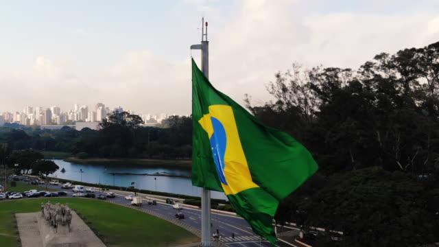 vídeos de stock, filmes e b-roll de bandeira do brasil vibrando - patriotismo