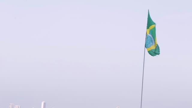 vidéos et rushes de brazilian flag - banderole signalisation