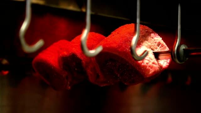 vídeos de stock, filmes e b-roll de brazilian grill, rodizio steakhouse roasting - roldana