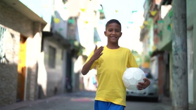 vídeos de stock, filmes e b-roll de garoto brasileiro jogando futebol retrato - jogador de futebol