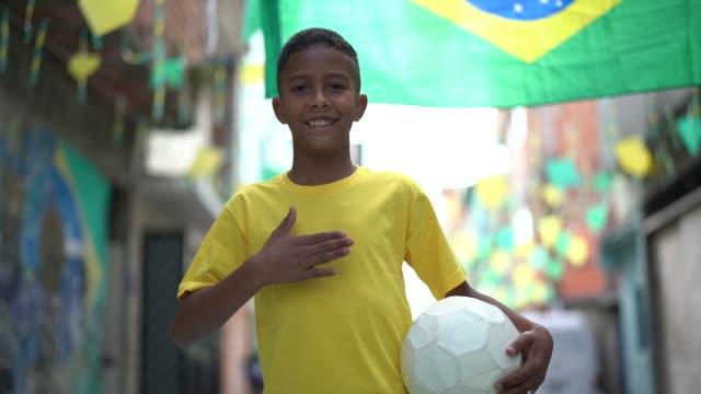 Brasilianische Kinder spielen Fußball Portrait