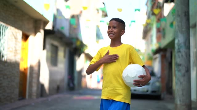vídeos de stock e filmes b-roll de brazilian kid playing soccer portrait - brazilian ethnicity