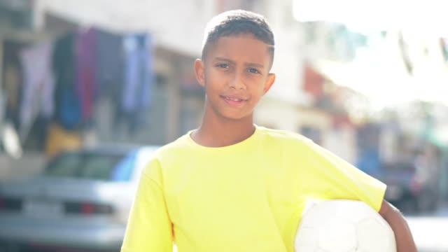 brasilianische kinder spielen fußball portrait - ball stock-videos und b-roll-filmmaterial