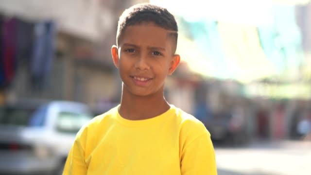 vídeos de stock, filmes e b-roll de retrato de criança brasileira na favela - meninos adolescentes