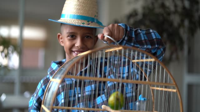 Brasilianska Kid porträtt med kostym av Junina parti (Festa Junina)