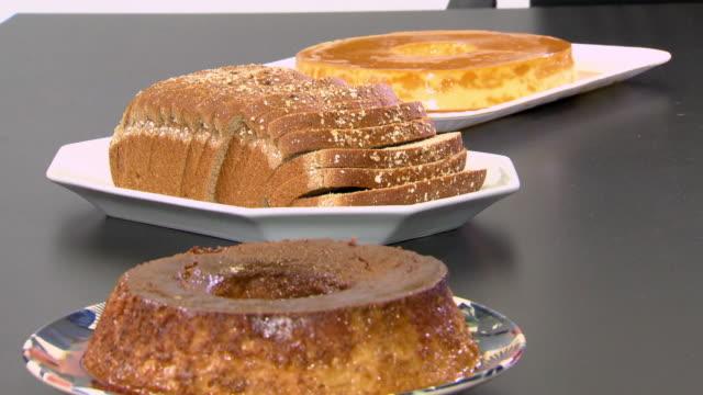 vídeos de stock, filmes e b-roll de brazilian pudim de leite- milk pudding and brown bread - comida doce