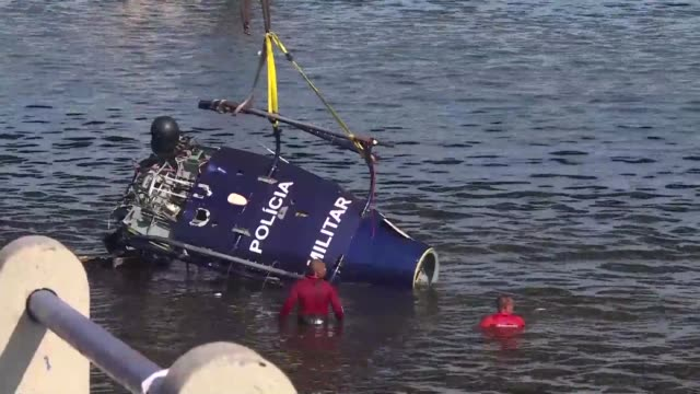 vídeos de stock, filmes e b-roll de brazilian rescue teams lift the wreckage of a military police helicopter out of the water after it crashed in rio de janeiro's guanabara bay after it... - baía de guanabara