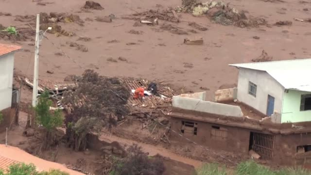 vídeos y material grabado en eventos de stock de brazilian rescuers searched frantically for survivors friday after burst dams unleashed a torrent of toxic red sludge that killed at least 17 people... - limoso