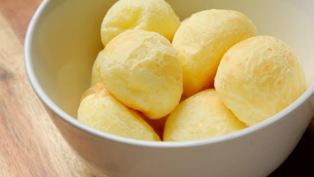 vídeos de stock e filmes b-roll de brazilian snack cheese bread (pao de queijo) in colombia (pan de bono) - pão
