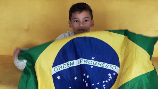 vídeos de stock, filmes e b-roll de jogador brasileiro socer - flag
