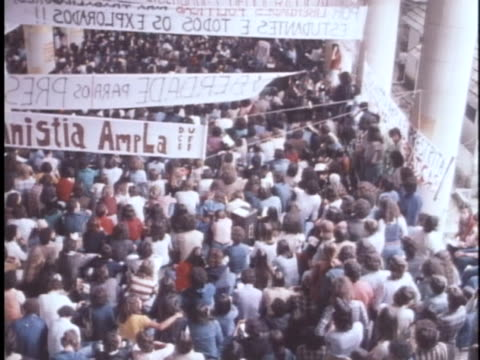 vídeos de stock, filmes e b-roll de brazilian students chant in a rally against government oppression - human rights or social issues or immigration or employment and labor or protest or riot or lgbtqi rights or women's rights