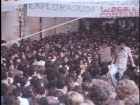vídeos de stock, filmes e b-roll de brazilian students demonstrate against government oppression - human rights or social issues or immigration or employment and labor or protest or riot or lgbtqi rights or women's rights