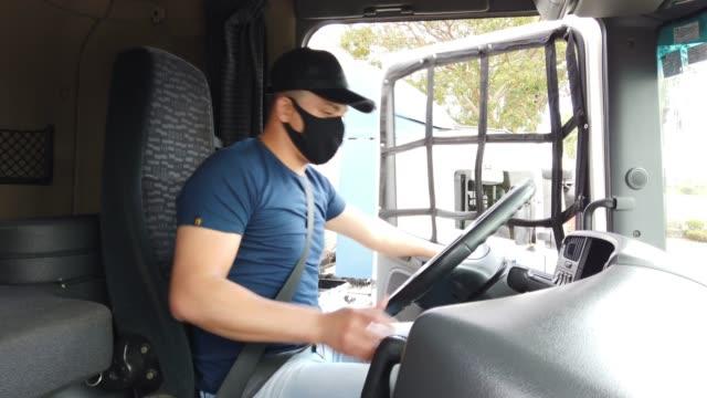 トラックの中のブラジルのトラック運転手 - トラック運転手点の映像素材/bロール