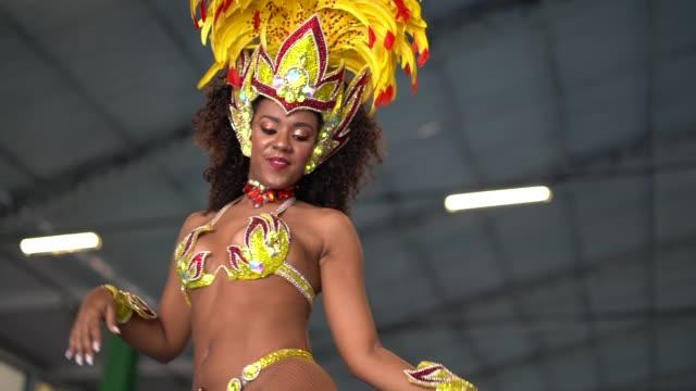 brasilianische frau tanzt samba für die berühmten karneval parade - brasilien stock-videos und b-roll-filmmaterial