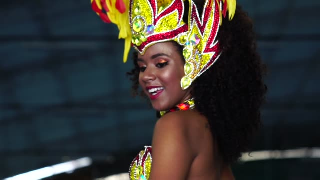 vídeos de stock, filmes e b-roll de mulher brasileira dançando samba para o desfile de carnaval famoso - roupa tradicional