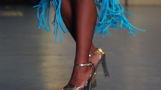 vídeos de stock, filmes e b-roll de mulher brasileira dançando samba para o desfile de carnaval famoso - cabelo encaracolado