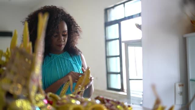 vídeos de stock, filmes e b-roll de mulher brasileira se preparando para o carnaval - cabelo encaracolado