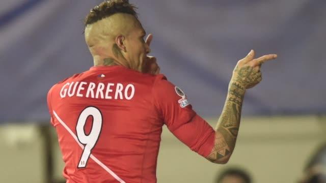 vídeos y material grabado en eventos de stock de brazilian-based striker paolo guerrero scored a hat trick as peru swept aside bolivia 3-1 to set up a copa america semi-final showdown with fierce... - ronda de semifinales
