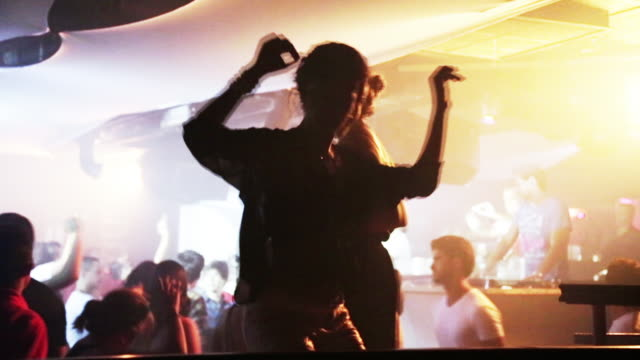 vidéos et rushes de ms brazilians dance at a fashionable nightclub / buzios, brazil - dj