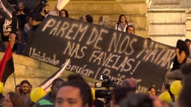 vídeos de stock e filmes b-roll de brazilians protest in rio de janeiro against police violence in favelas after an 8 year old girl was killed by a stray bullet during a police... - favela