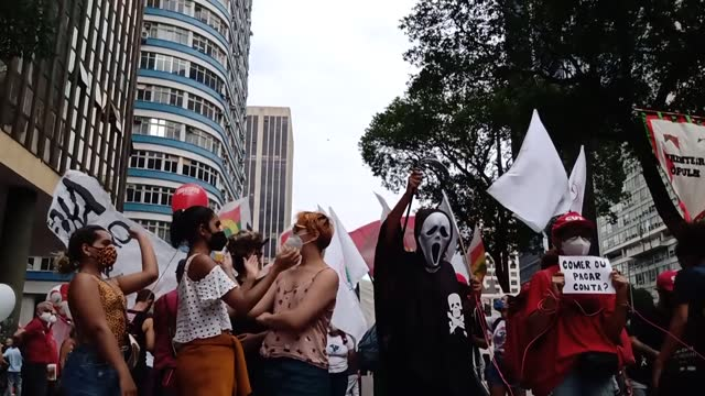 brazilians protest president jair bolsonaro in rio de janeiro on tuesday, sept. 7, during the country's independence day celebrations. protesters who... - editorial stock-videos und b-roll-filmmaterial