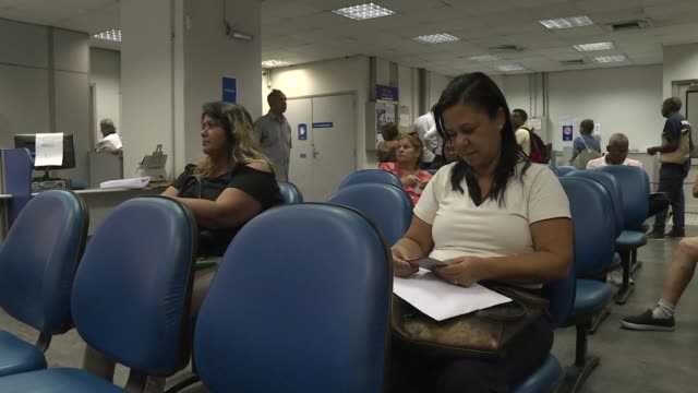 stockvideo's en b-roll-footage met brazilians react to a new pension reform that president jair bolsonaro will present this week which will push the age of retirement to 62 for women... - braziliaanse etniciteit