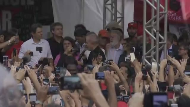brazils leftist icon luiz inacio lula da silva addresses supporters after walking free from jail having spent a year and a half behind bars for... - südbrasilien stock-videos und b-roll-filmmaterial