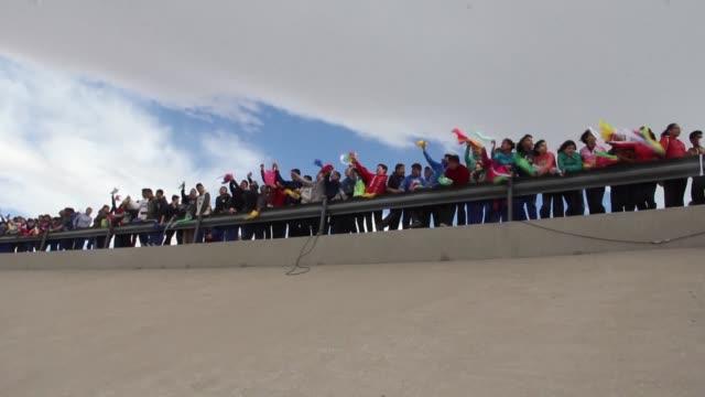 vídeos y material grabado en eventos de stock de brazo con brazo y sosteniendo flores miles de mexicanos formaron un muro humano en la frontera con estados unidos el viernes en protesta contra el... - brazo humano