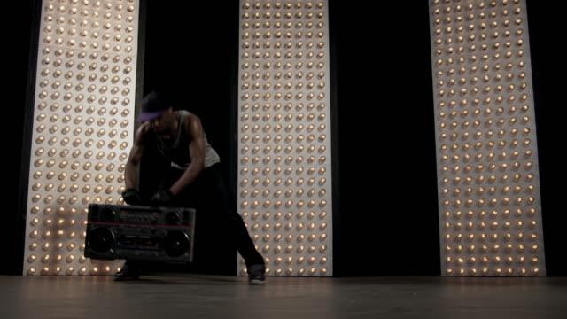 breackdancer - akrobat stock-videos und b-roll-filmmaterial
