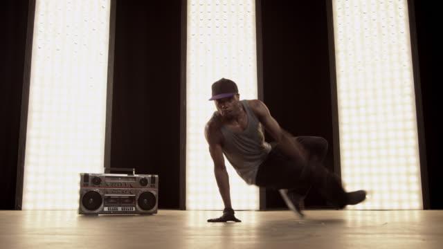 vídeos de stock e filmes b-roll de breackdancer - break dance