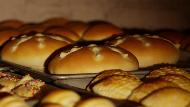 vídeos de stock e filmes b-roll de bread being baked and rising in the oven to celebrate day of the dead in patzcuaro, janitzio island in michoacan state - pão