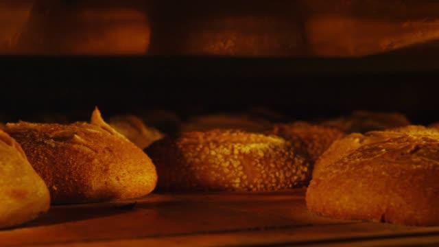 bread in the oven - パン点の映像素材/bロール