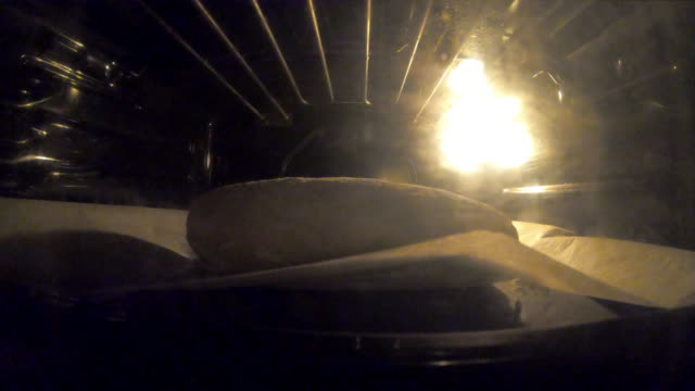 bread is baking in the oven - time lapse video - pane a lievito naturale video stock e b–roll