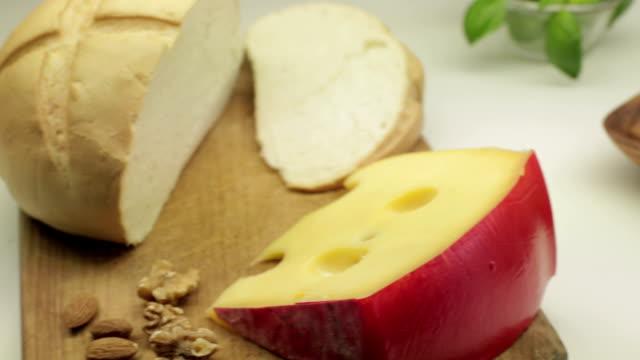 Brot auf Schneidebrett und Käse.
