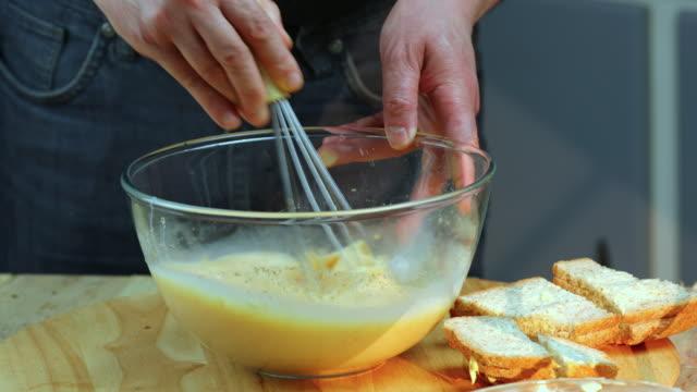 bread pudding preparation - schüssel stock-videos und b-roll-filmmaterial