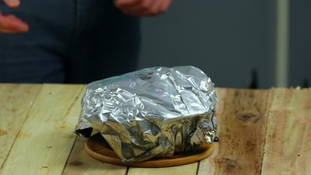 vídeos de stock, filmes e b-roll de bread pudding with dried fruit - conserva