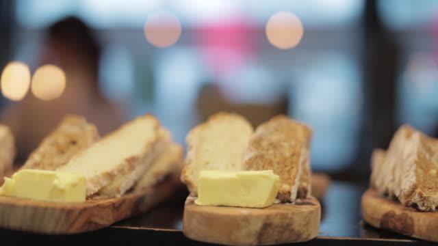 vídeos de stock, filmes e b-roll de bread sharing platter - crocante