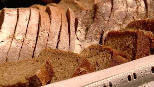 vídeos de stock e filmes b-roll de bread slices - alimento básico