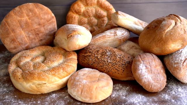テーブルの上のパン - バンズ点の映像素材/bロール