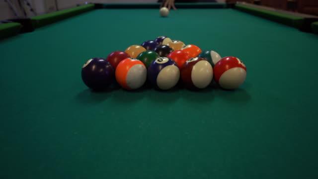 プール テーブルの上の壊れ目ボール - キューボール点の映像素材/bロール
