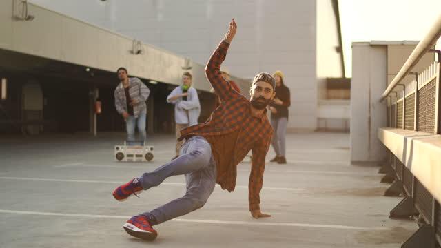 vidéos et rushes de breakdance bataille sur le dessus de la construction! - arts culture and entertainment