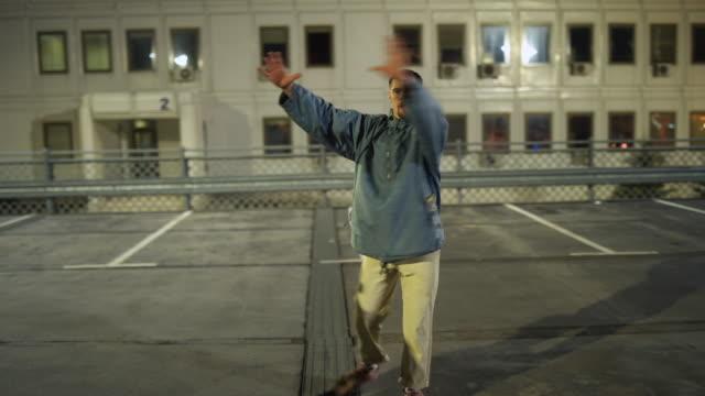 breakdance ist unsere leidenschaft - akrobat stock-videos und b-roll-filmmaterial