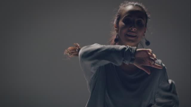 vidéos et rushes de breakdance femme - aérobic