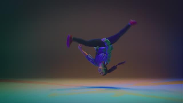 vídeos y material grabado en eventos de stock de breakdance mujer - equilibrio vida trabajo
