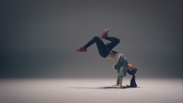 stockvideo's en b-roll-footage met breakdance vrouw - flexibiliteit