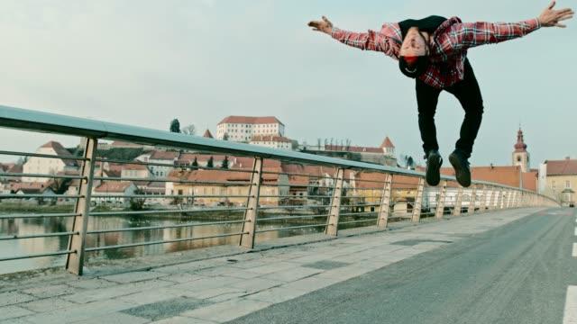 SLO-MO-Breakdancer Durchführung einen backflip