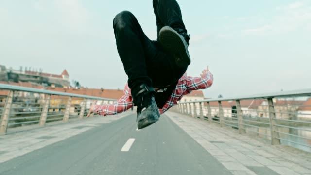 vídeos y material grabado en eventos de stock de slo mo breakdancer realizar un salto mortal - equilibrio vida trabajo