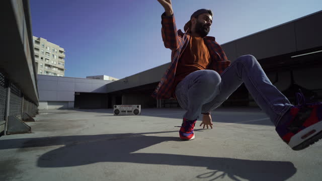 vídeos de stock e filmes b-roll de breakdancer showing his moves on the floor - cultura hip hop